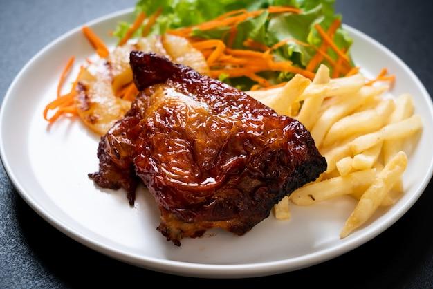Bife de frango grelhado com legumes Foto Premium