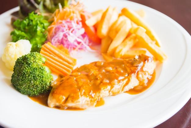 Bife de frango grelhado Foto gratuita