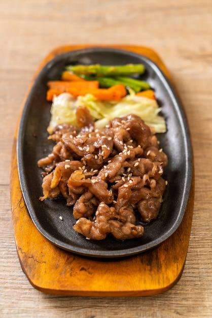 Bife de porco fatiado no prato quente Foto Premium