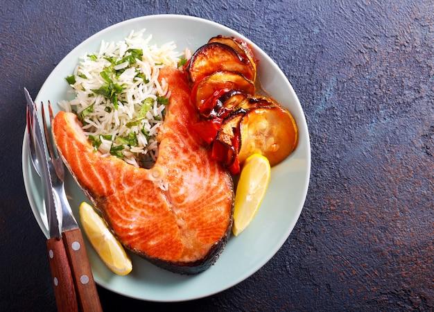Bife de salmão, arroz e caçarola de legumes Foto Premium