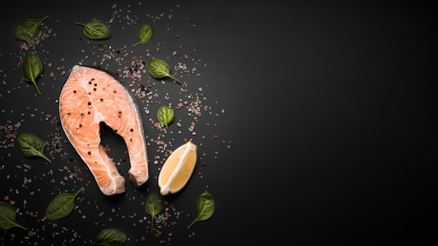 Bife de salmão cru liso leigos com cópia-espaço Foto gratuita