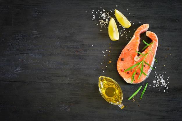 Bife de salmão fresco com ervas aromáticas e especiarias. Foto Premium