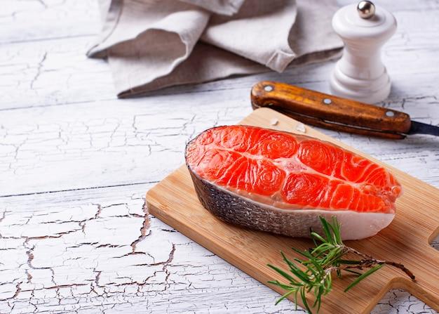Bife de salmão fresco com especiarias Foto Premium