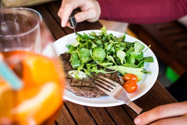 Bife grelhado com salada de lado Foto gratuita