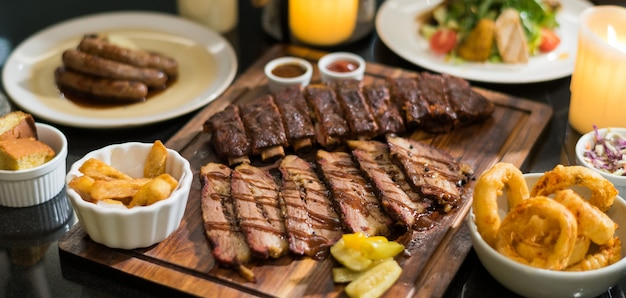 Bife na mesa, comida luxuosa Foto Premium