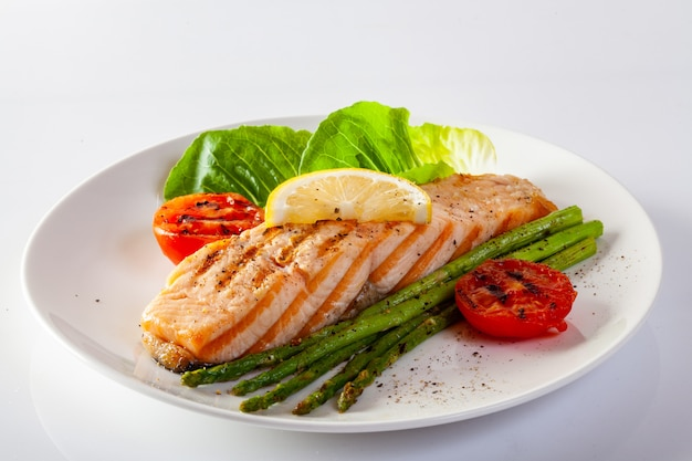 Bife salmon roasted com os tomates dos asparagos com legume fresco. Foto Premium