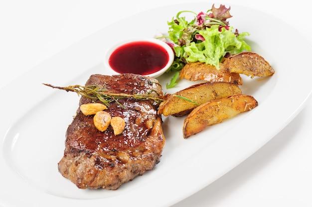 Bife suculento grosso com batata e salada Foto Premium