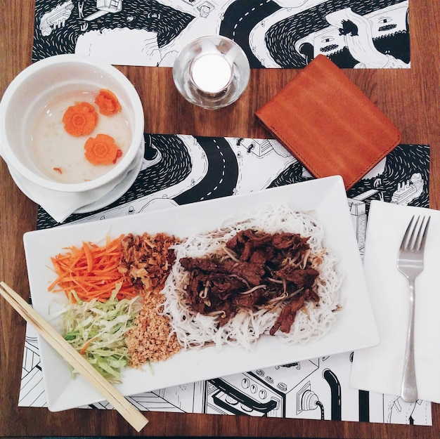 Bife vietnamita bo nam macarrão com carne de porco Foto gratuita