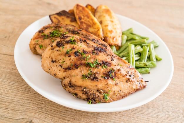 Bifes de frango grelhado Foto Premium