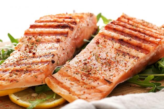 Bifes de salmão cozido Foto gratuita