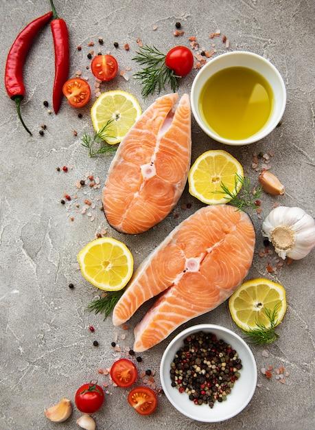 Bifes de salmão cru Foto Premium