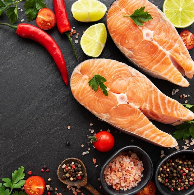 Bifes de salmão crus Foto Premium