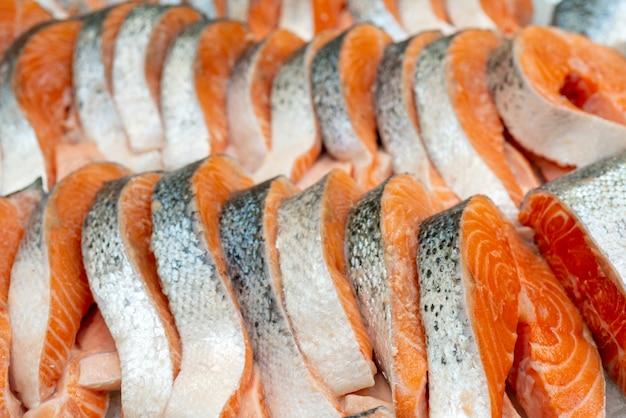 Bifes de salmão fresco. venda no gelo. loja de frutos do mar. Foto Premium