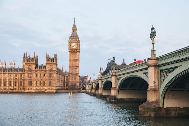 Big ben e o edifício do parlamento no início da manhã em londres Foto Premium