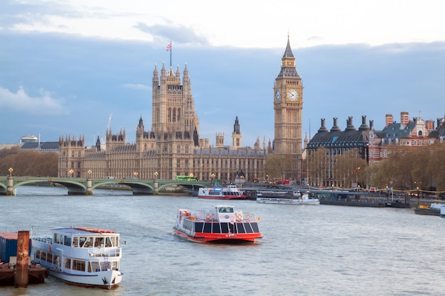 Big ben e westminster bridge em londres Foto Premium