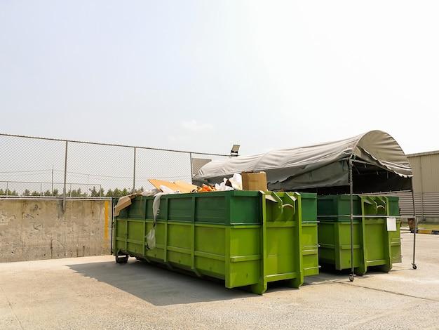 Big lixeiras para separar de resíduos Foto Premium