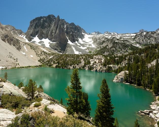 Big pine lake na floresta nacional inyo, califórnia, eua Foto gratuita