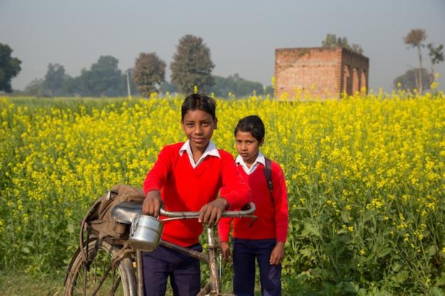 Bihar índia - 15 de fevereiro de 2016: childern não identificado ir para a escola Foto Premium
