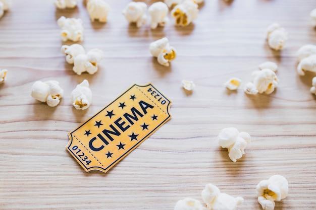 Bilhete de cinema pequeno com pipoca Foto gratuita
