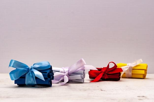 Bilhetes coloridos, amarrados com um laço de presente. criatividade e criatividade. Foto Premium