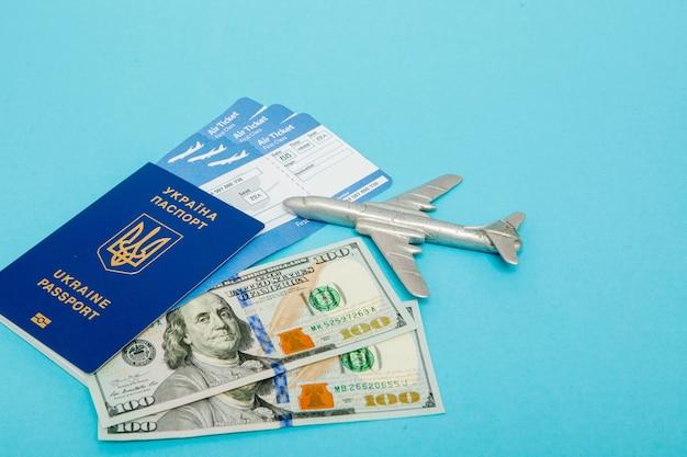 Bilhetes de avião e passaporte, dólares com modelo de avião. copie o espaço para o texto. Foto Premium