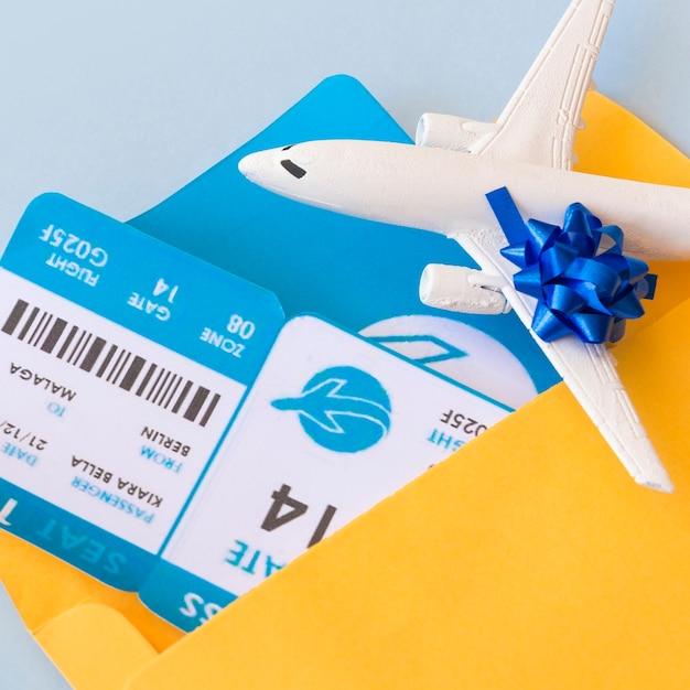 Bilhetes de avião em caso de documento perto de aeronaves Foto gratuita