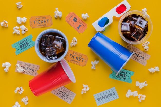 Bilhetes de cinema com bebidas e pipocas Foto gratuita