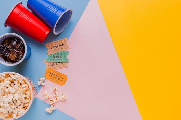 Bilhetes de cinema com pipocas e bebidas Foto gratuita