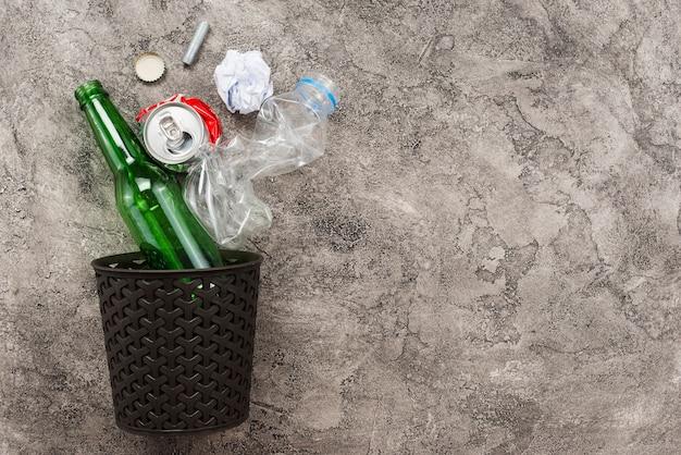 Bin e lixo caindo Foto gratuita