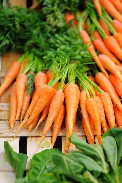 Bio cenouras e salada saudáveis frescas no mercado agrícola do fazendeiro de paris Foto Premium