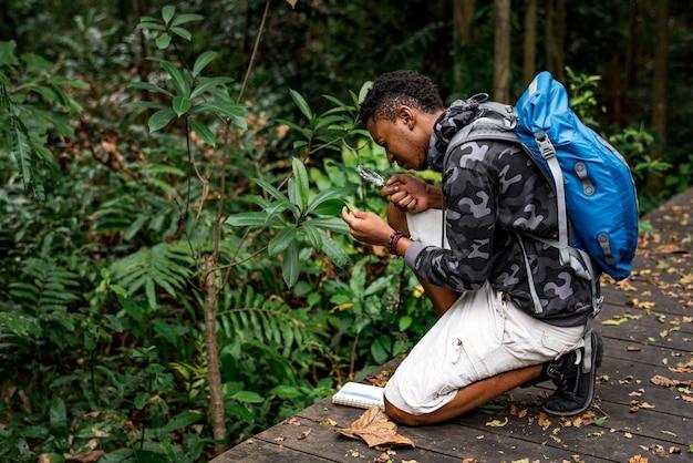 Biólogo em uma floresta Foto gratuita