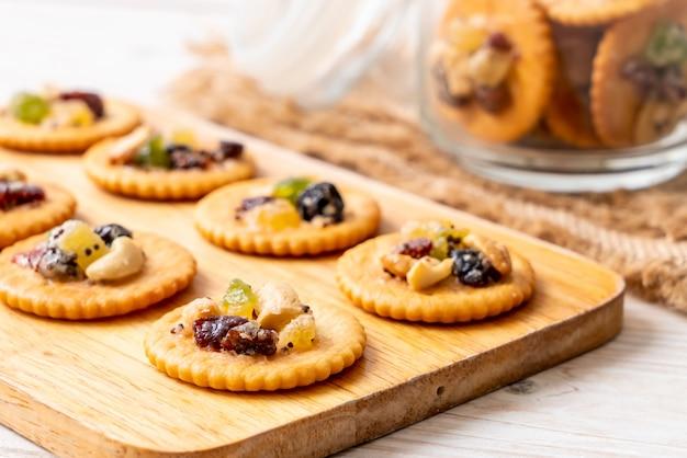 Biscoito com frutas secas Foto Premium