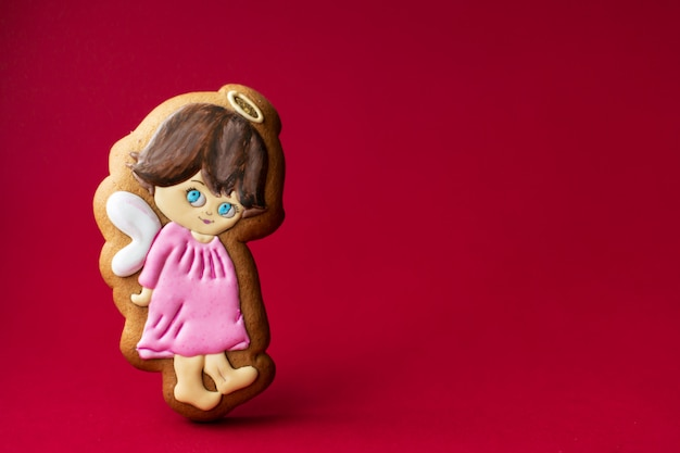 Biscoito de gengibre de anjinhos fofos no vermelho Foto Premium