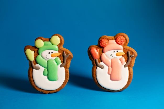 Biscoito de gengibre de boneco de neve bonito azul Foto Premium