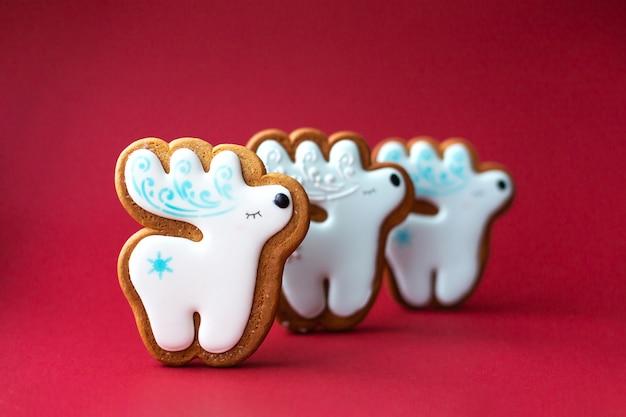 Biscoito de gengibre de pequeno veado bonitinho no vermelho Foto Premium