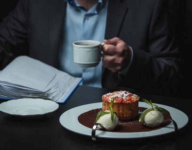 Biscoito doce com chá preto em cima da mesa Foto gratuita
