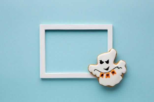 Biscoito mau fantasma de halloween com moldura Foto gratuita