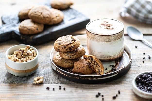Biscoitos caseiros com nozes e café em uma xícara de cerâmica Foto Premium