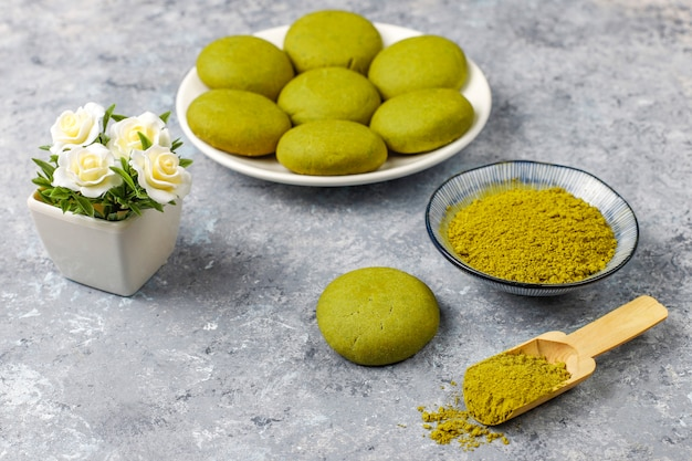 Biscoitos caseiros de chá verde matcha com pó de matcha na mesa de concreto cinza Foto gratuita
