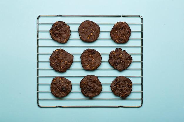 Biscoitos caseiros de chocolate sem glúten com cereais, nozes e cacau orgânico. Foto Premium