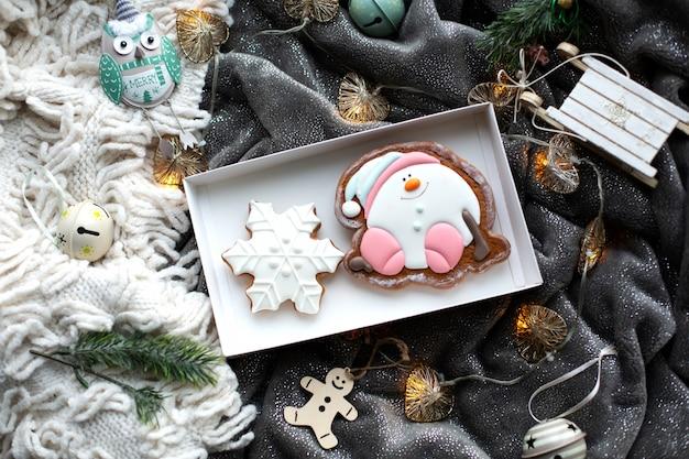 Biscoitos caseiros de gengibre de natal e decorações de natal, ambiente acolhedor e festivo Foto Premium