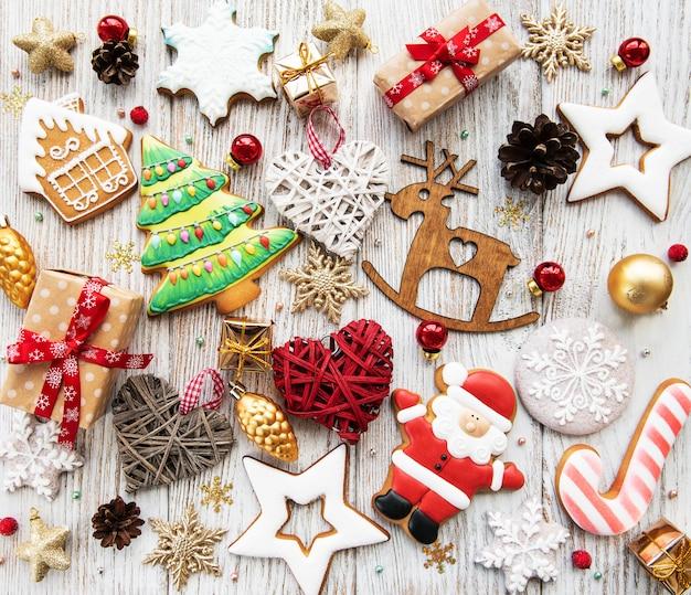 Biscoitos caseiros de gengibre de natal e decorações de natal em uma mesa de madeira Foto Premium