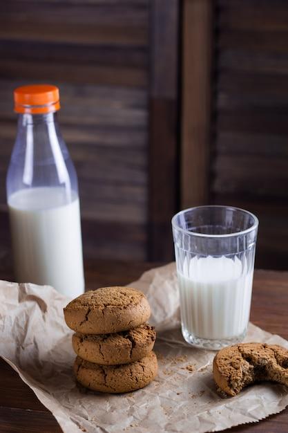 Biscoitos caseiros e fundo de madeira de leite Foto Premium