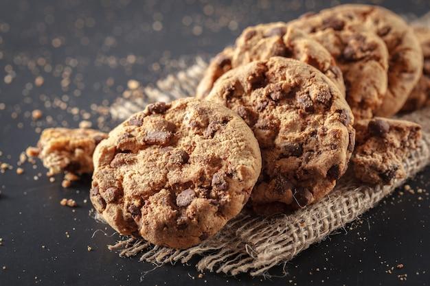 Biscoitos caseiros em um preto Foto Premium