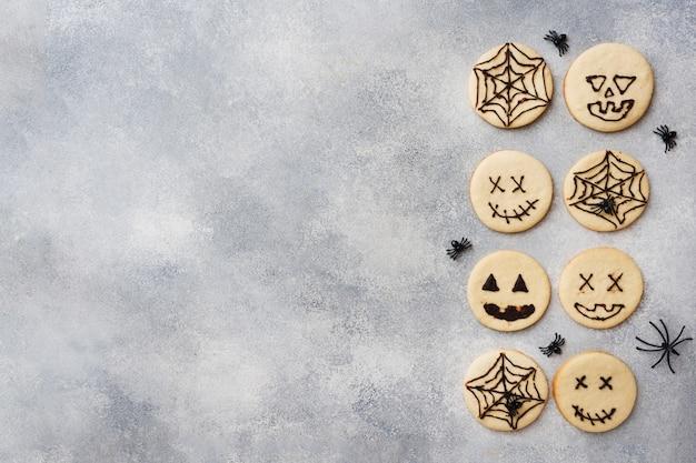 Biscoitos caseiros para o halloween, biscoitos com caras engraçadas e teias de aranha Foto Premium