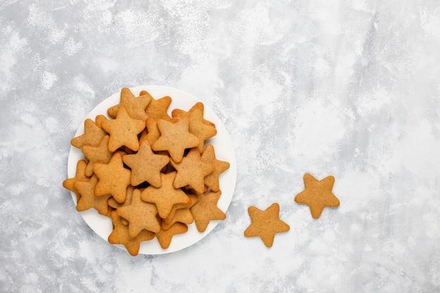 Biscoitos caseiros tradicionais de gengibre em concreto cinza, close-up, natal, vista superior, plana leigos Foto gratuita