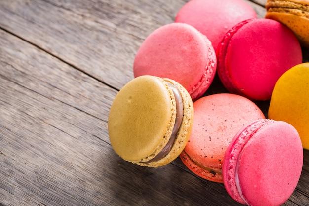 Biscoitos coloridos em uma mesa de madeira Foto gratuita