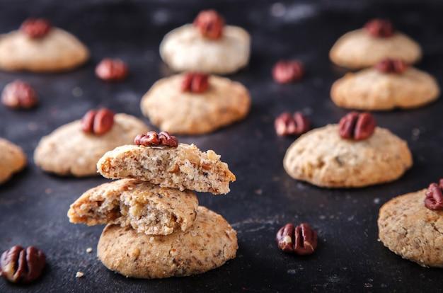 Biscoitos com noz-pecã no escuro Foto Premium