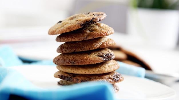 Biscoitos com pedaços de chocolate ficam um em cima do outro Foto Premium