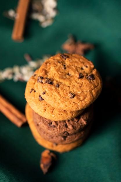 Biscoitos com sabor na mesa para a hora do chá Foto gratuita